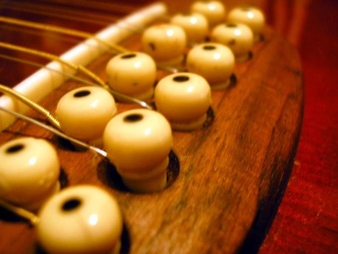 У 12-струнной гитары есть основные и дополнительные струны