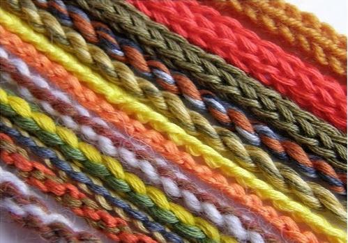 Плетите шнуры ярких цветов.