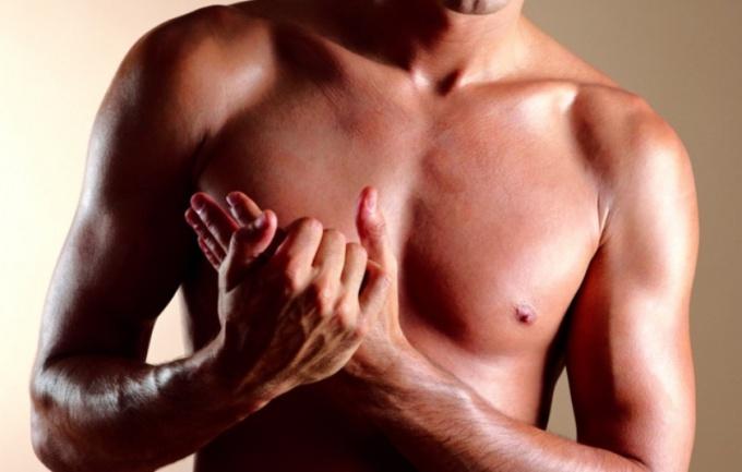 Накачанная грудь говорит о силе мужчины