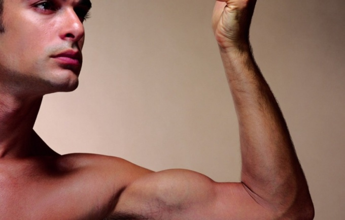 Постоянные тренировки формируют красивые плечи