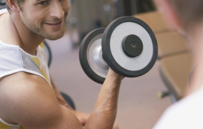 Упражнения с гантелями быстро нарастят бицепсы