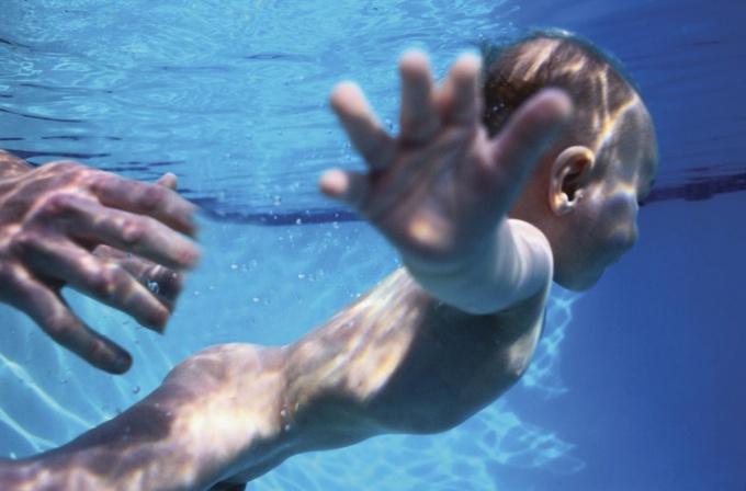 Как научить грудничка плавать