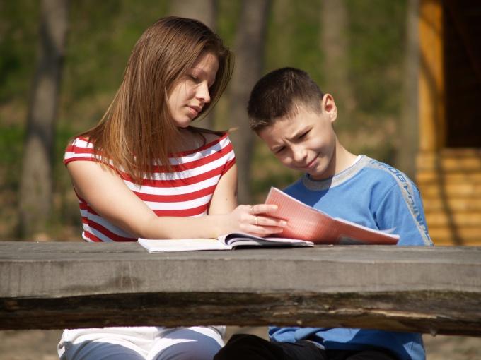 . При семейном образовании ребенок обучается дома самостоятельно при помощи родителей
