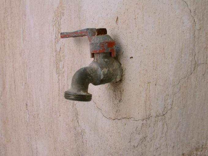 Как избавиться от сырости на стенах