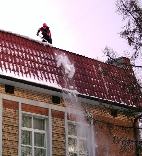 Как очистить крышу от снега