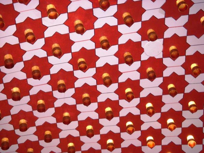 Декорировать ровный потолок можно по своему усмотрению