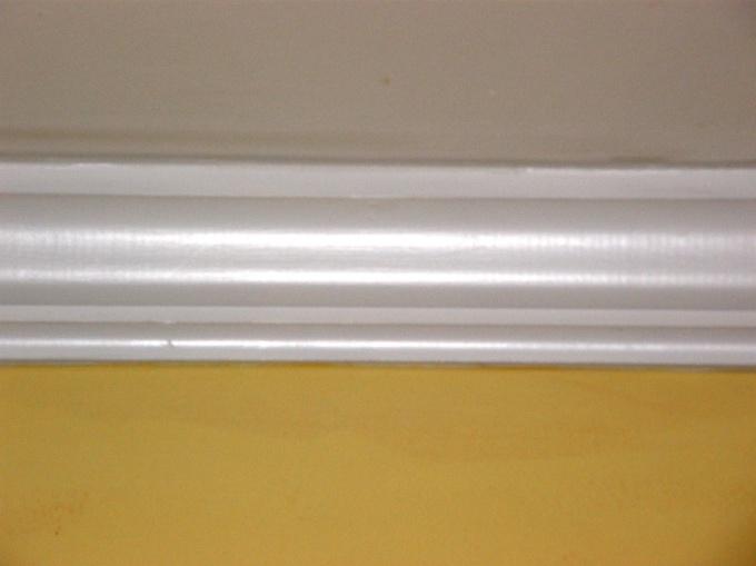 Тщательно заделайте все стыки между потолочными плитами и стенами
