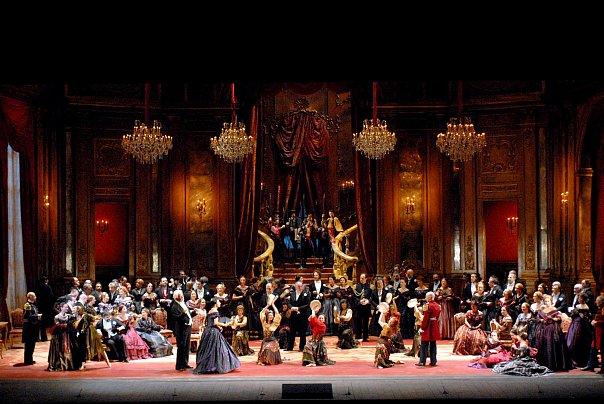 Опера привлекает не только музыкой, но и яркой постановкой