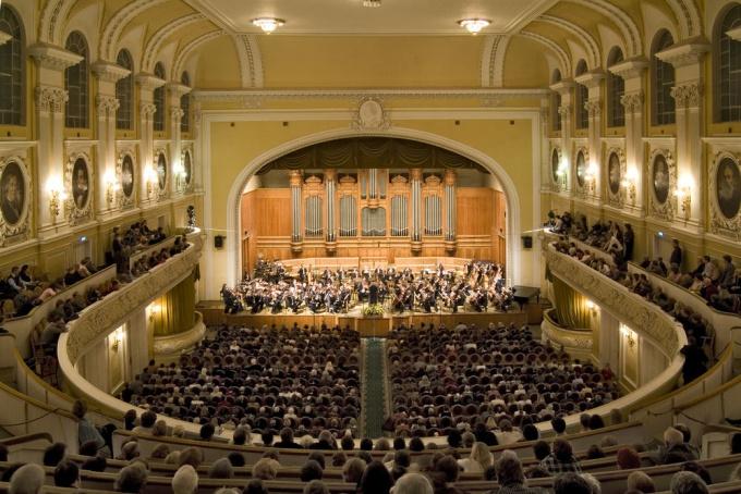 Филармония - это место, где люди на одном дыхании слушают музыку, сопереживают