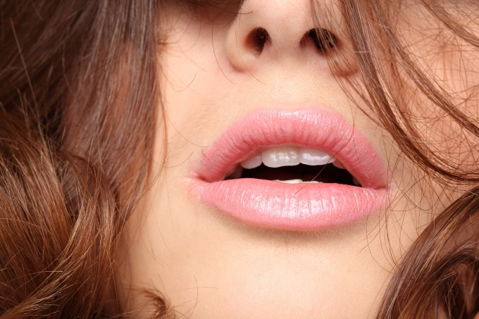 How to raise the corners of the lips