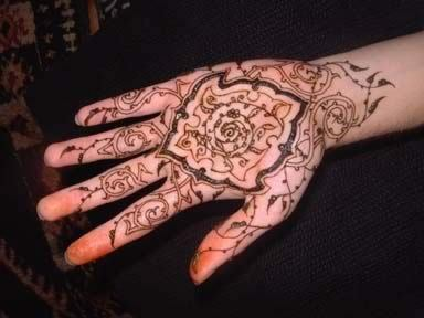 Using black henna can make drawings on the body.