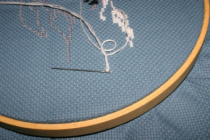 Как закреплять нить при вышивании