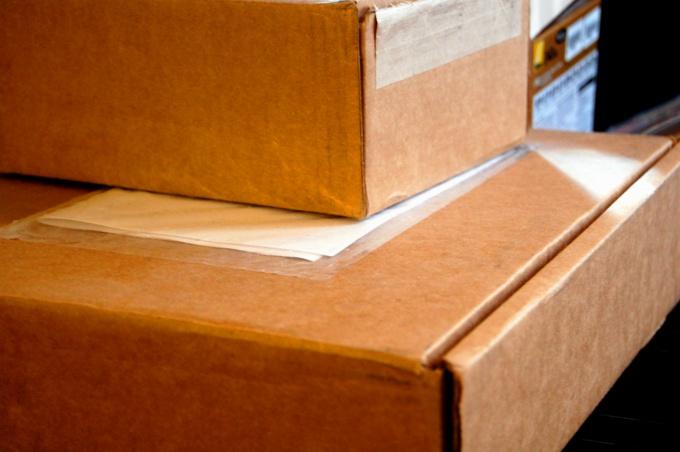 Отправить срочную посылку можно при помощи специальных почтовых сервисов.