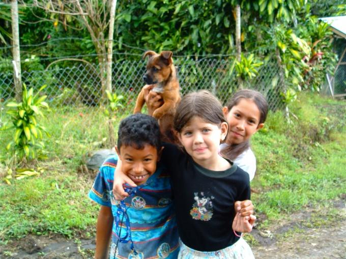 Дети разных национальностей великолепно играют вместе