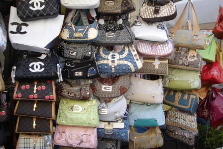 Вас должно насторожить обилие сумок LV на местном рынке