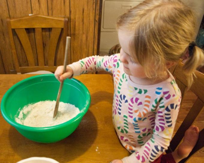 Ребенок может не только лепить, но и замешивать тесто.