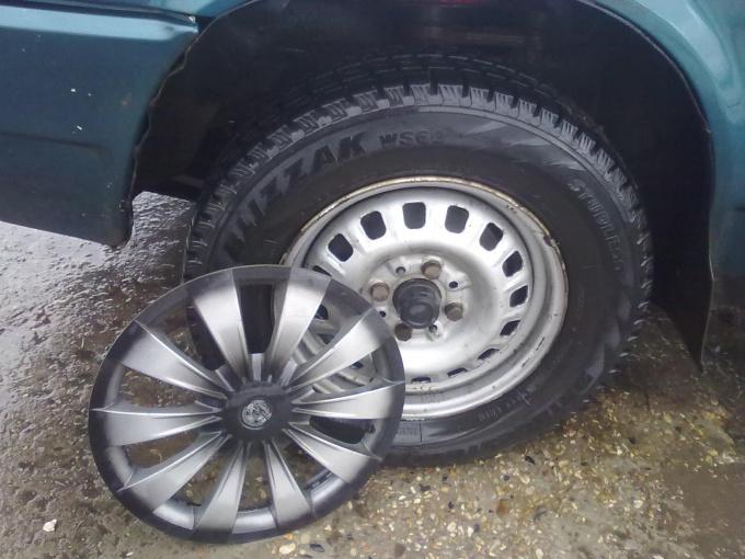 Как снять колпак с колеса