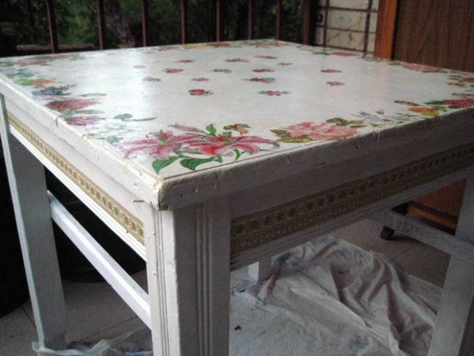Вот так может выглядеть старый, но обновленный стол.