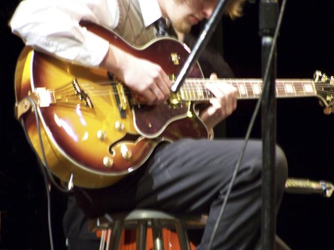 Расширяем гитарную технику - учимся играть флажолеты.