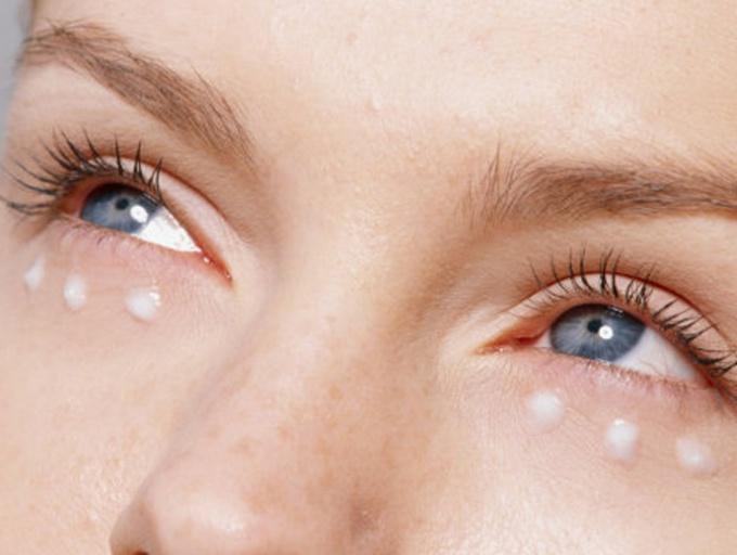 Как убрать мешки под глазами утром