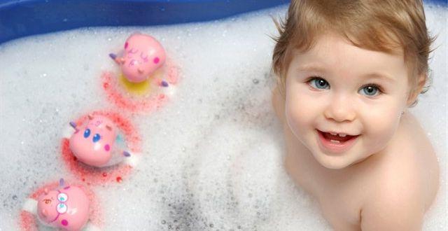 Купание ребенка можно сопровождать фразами на иностранном языке.