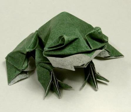Лягушка выполненая с помощью техники мокрое складывание.