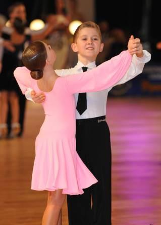 Бальные танцы обеспечивают мальчику отличную физическую подготовку.