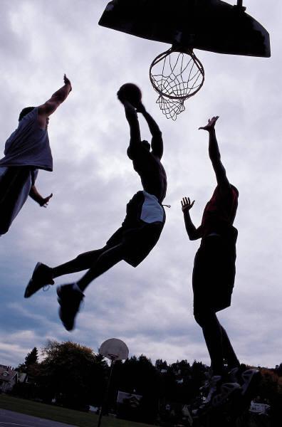Умение высоко прыгать необходимо при игре в стритбол