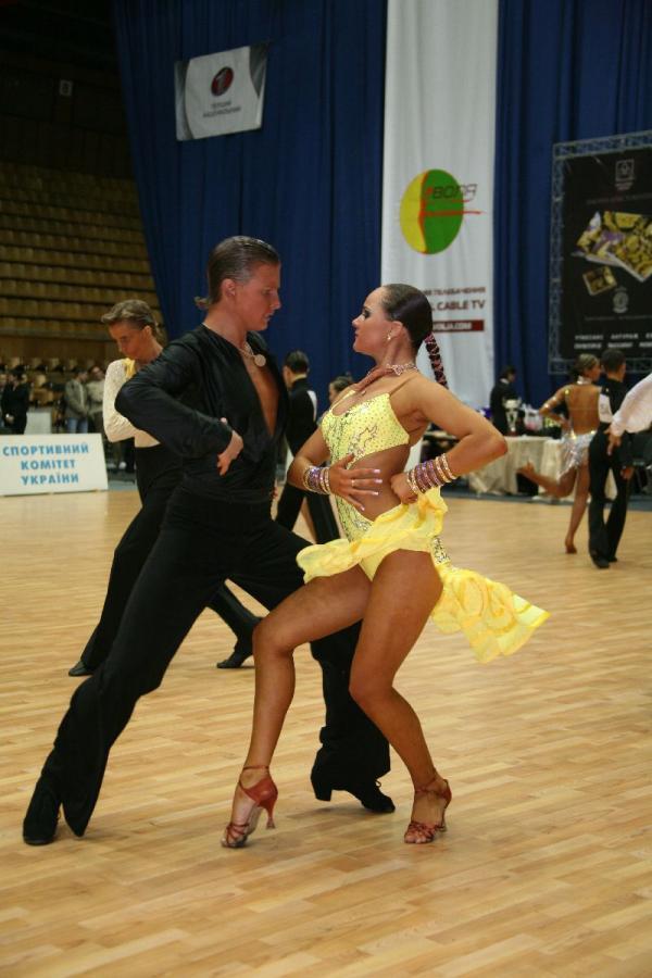 Как танцуют самбу бразильцы и бальники