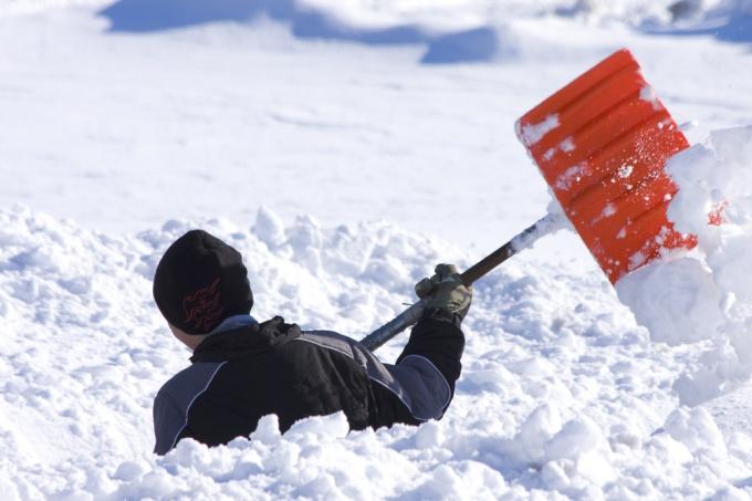 Как сделать снегоуборочную лопату