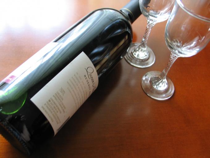 Хорошее вино сделает любой стол праздничным.