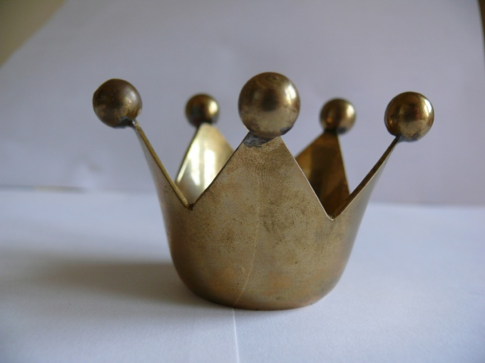 The teeth of the crown can be decorated with gold tips