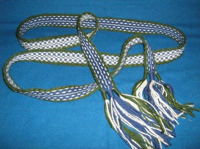 Плетеный из шерсти или кожи пояс можно украсить кистями