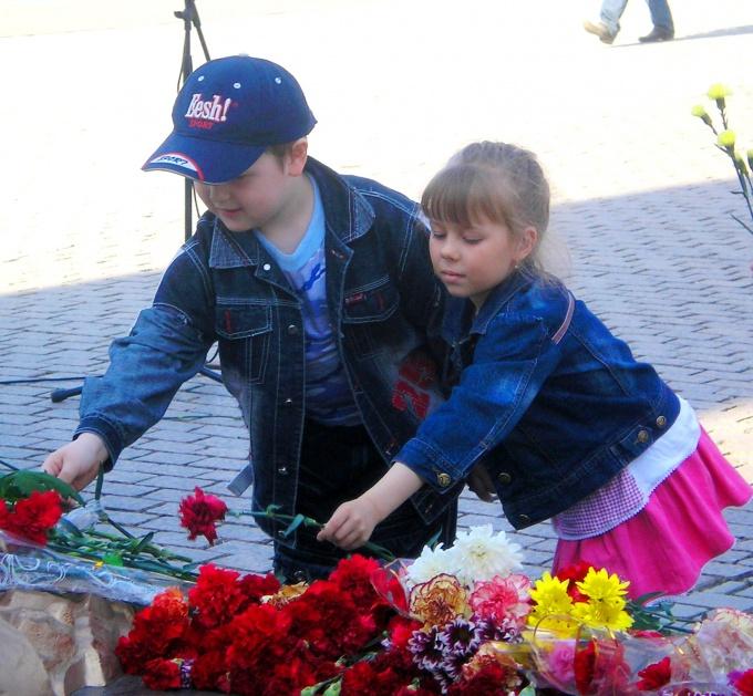 Возложение цветов - неотъемлемая часть празднования Дня Победы