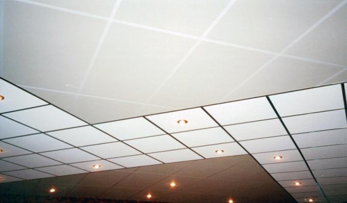 Как приклеить плитку на потолок