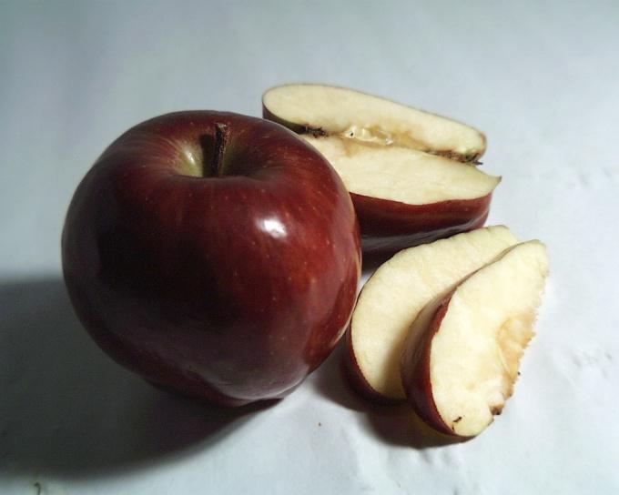 Если яблоко разделить на всю семью, какая часть достанется каждому?