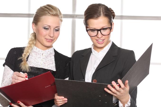 Менеджер принимает заказ от покупателя для оформления счета на оплату