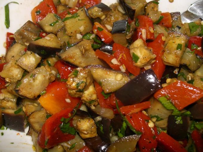 Как готовить салат из баклажанов