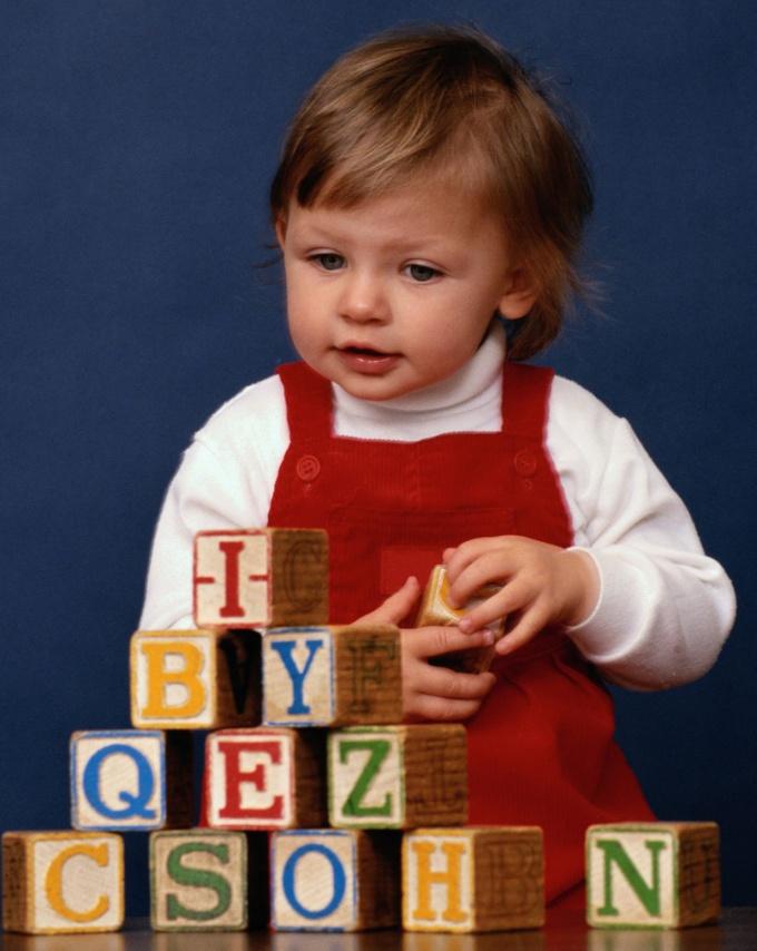 Используйте игрушки с английскими буквами