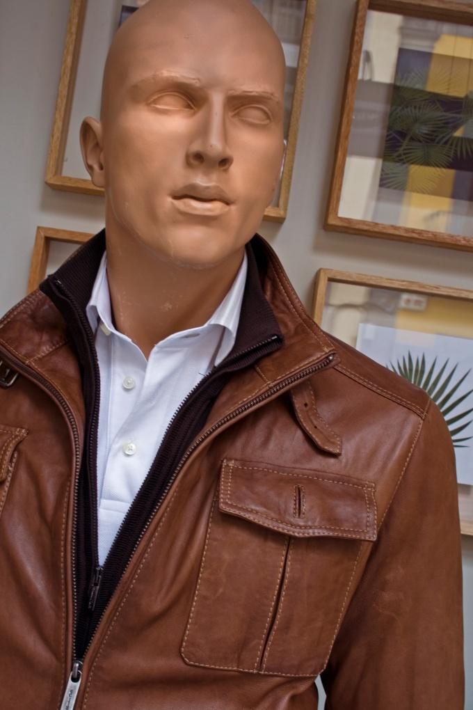 От механических повреждений не застрахована даже новая куртка