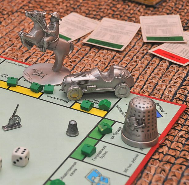 How to play the <b>game</b> <strong>Monopoly</strong>