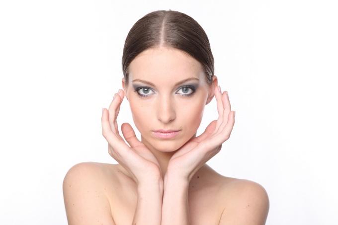 Девушка после нанесения полного макияжа