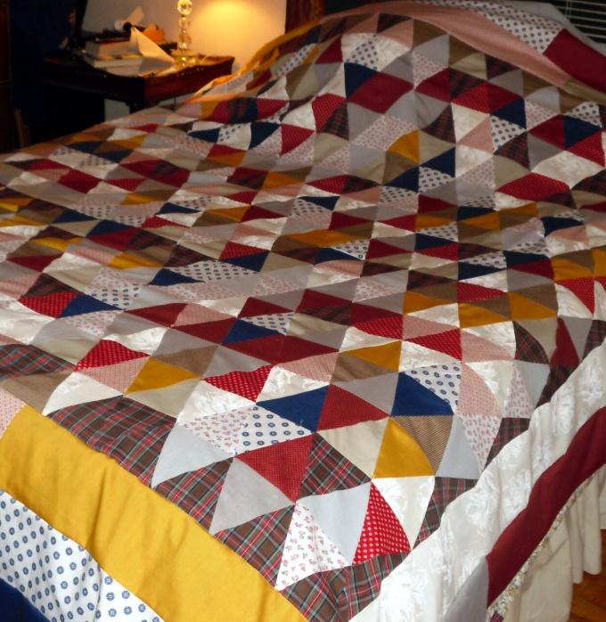 Покрывало из лоскутков или ткани с крупным геометрическим рисунком можно простегать по уже имеющимся линиям