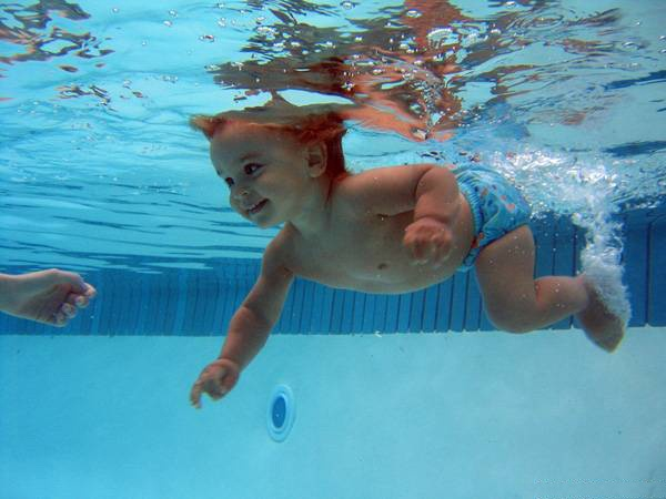 Как научить младенца плавать