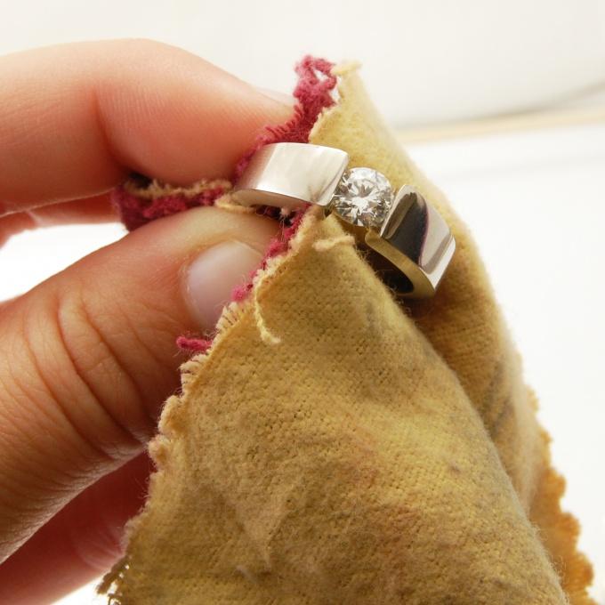 Чтобы золото блестело, а бриллианты сверкали, регулярно чистите их