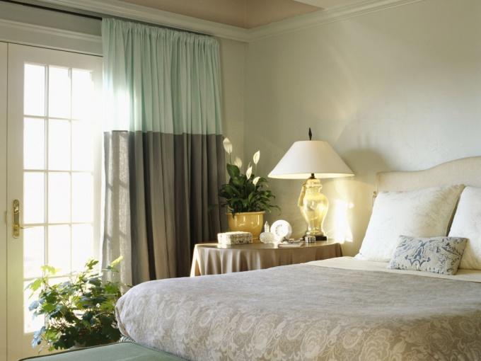 Как оформить окно в спальне