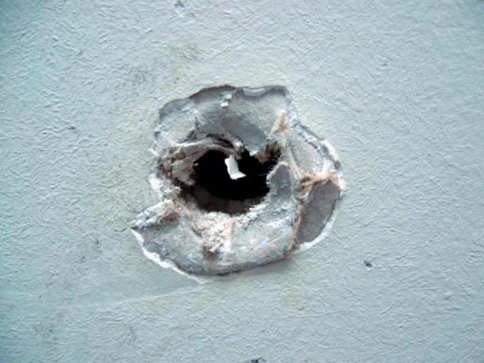 Как заделать дырки на потолке