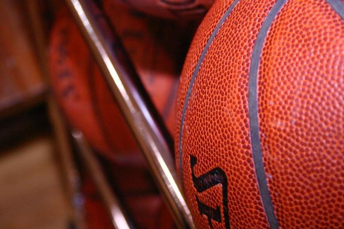 Как выбрать баскетбольный мяч
