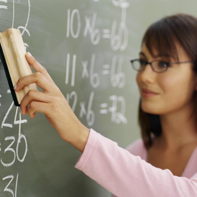 учительница строгая в годах или молодая кая лучше