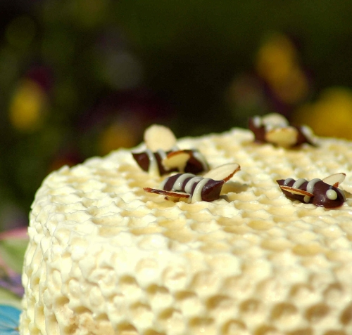 How to decorate honey cake
